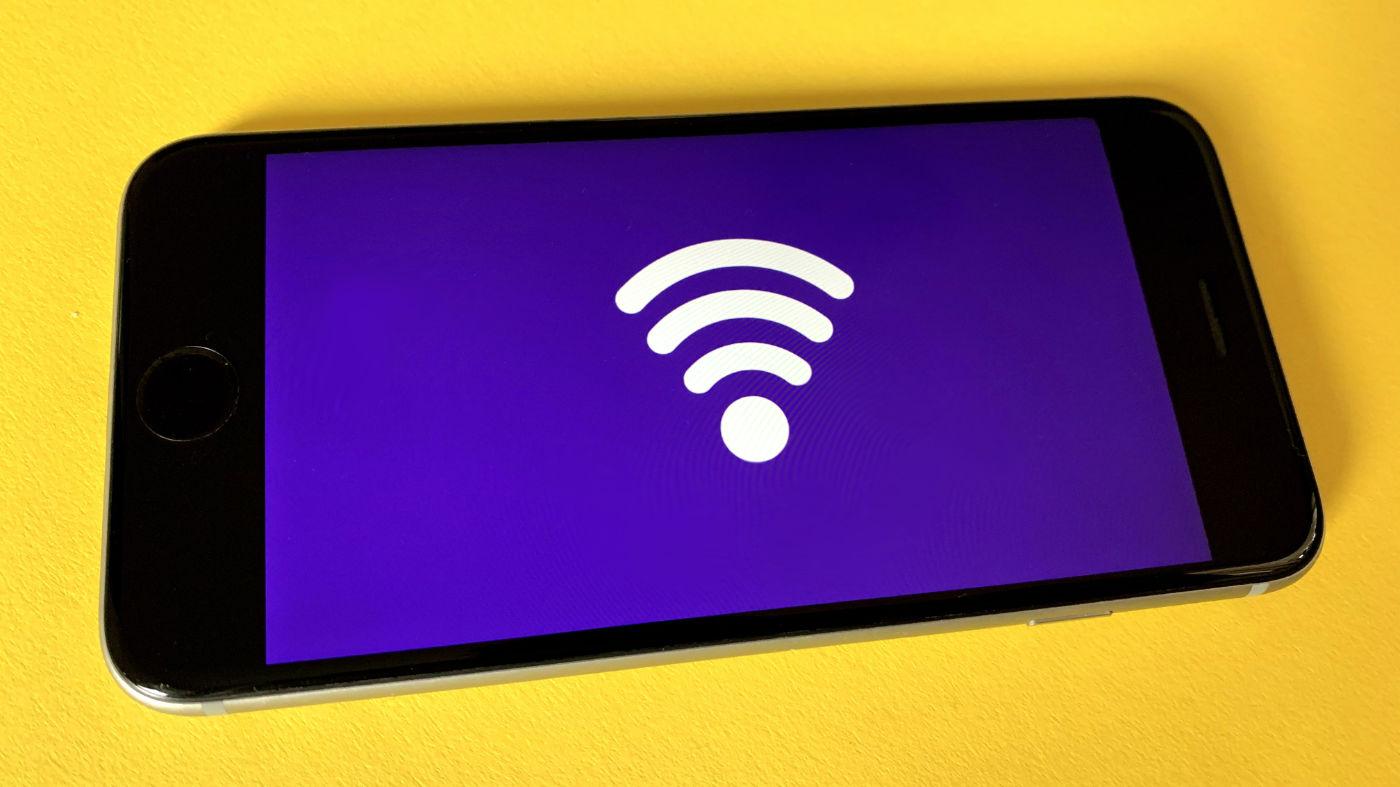 Brezžična tehnologiija - pametni telefon z ikono WiFi